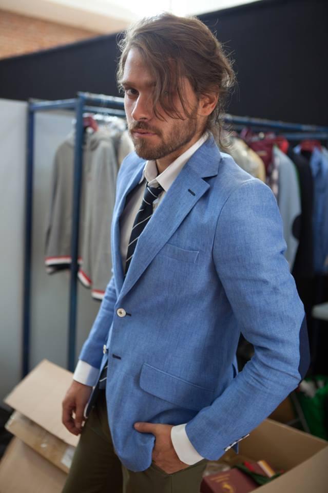 traje chaqueta azul celeste