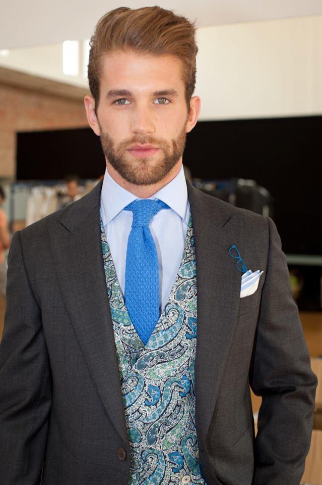 traje corbata azul klein