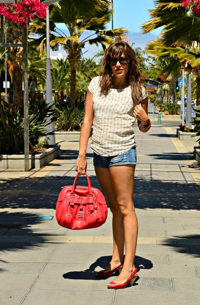 short-denim-vaquero-blusa-suelta-bolso-rojo