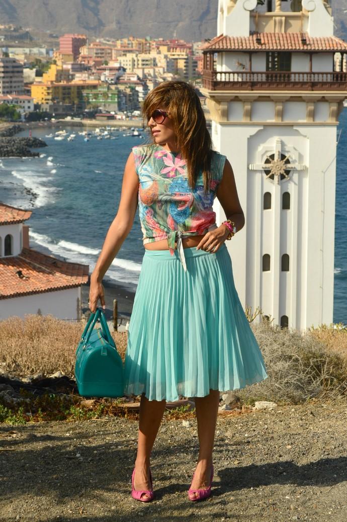 falda de tablas azul mar camiseta print india salones rosa bolso furla (14)