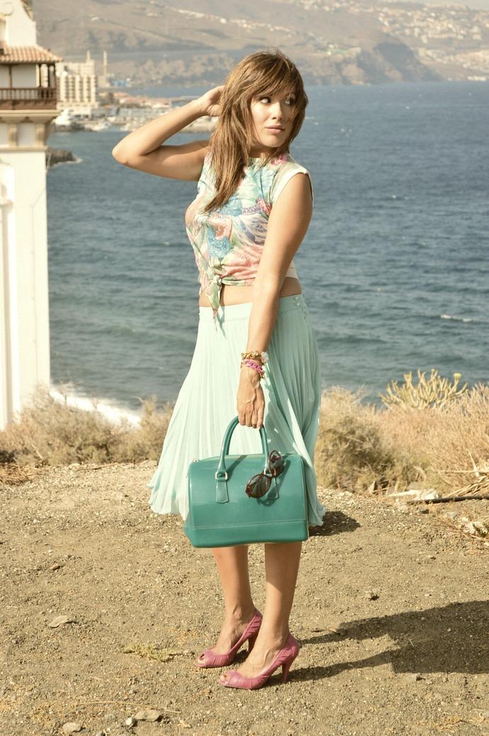 falda de tablas azul mar camiseta print india salones rosa bolso furla (9)