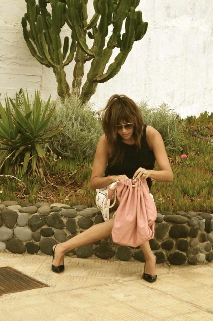 look bermuda zara mariposas blusa mango bolso rosa salones charol.jpg_0508