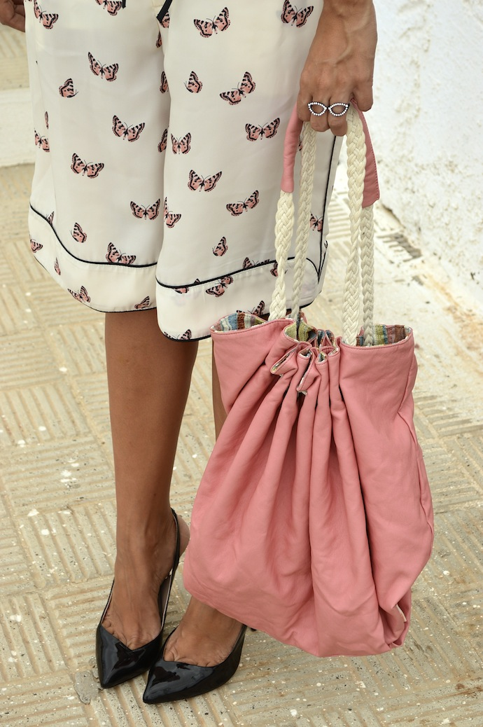 look bermuda zara mariposas blusa mango bolso rosa salones charol