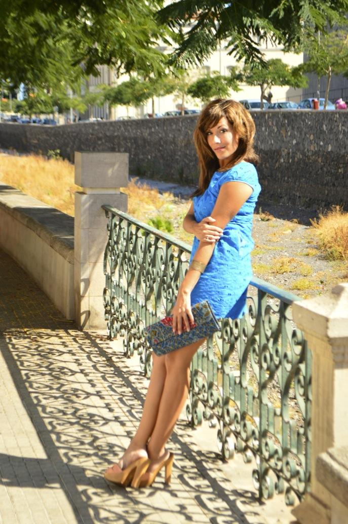 look vestido azul mini brocado tacon madera bolso africa _0732
