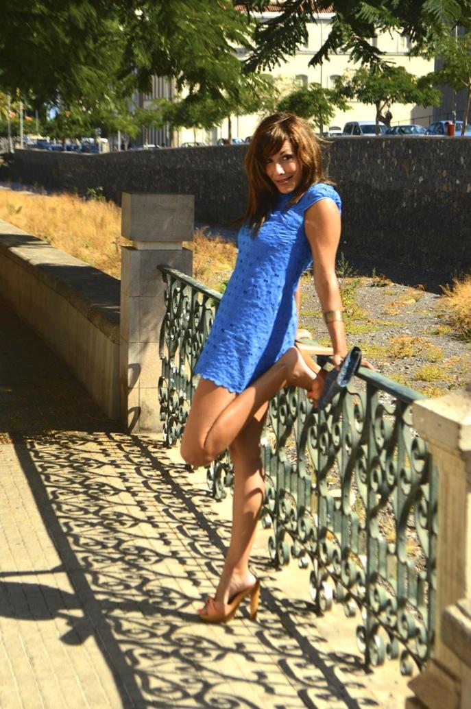 look vestido azul mini brocado tacon madera bolso africa _0734