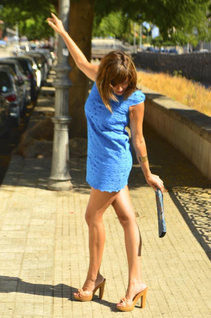 look vestido azul mini brocado tacon madera bolso africa _0744