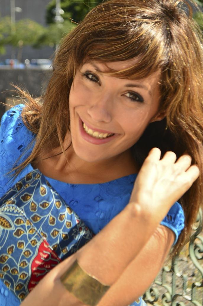 look vestido azul mini brocado tacon madera bolso africa _0746