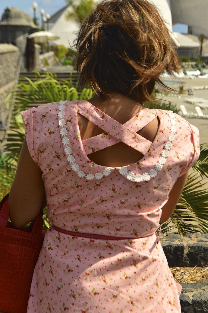 look vestido detalle espalda rosa rojo naif diksi cruzado