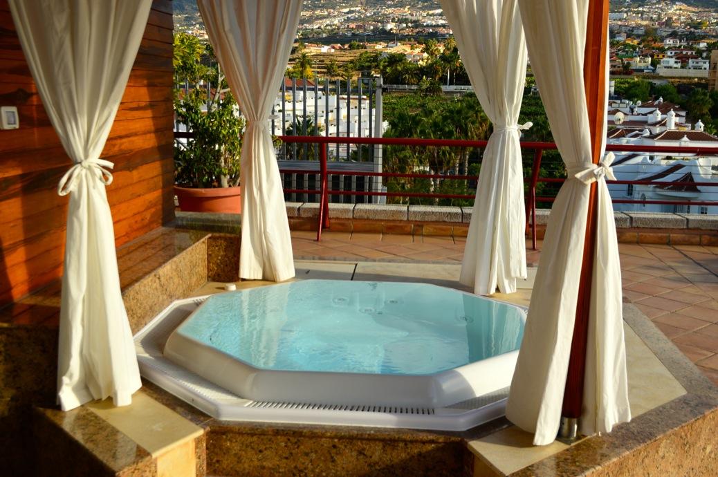 look vestido blanco cuple michael kors y zapatos leopardo en hotel botanico _0890_3