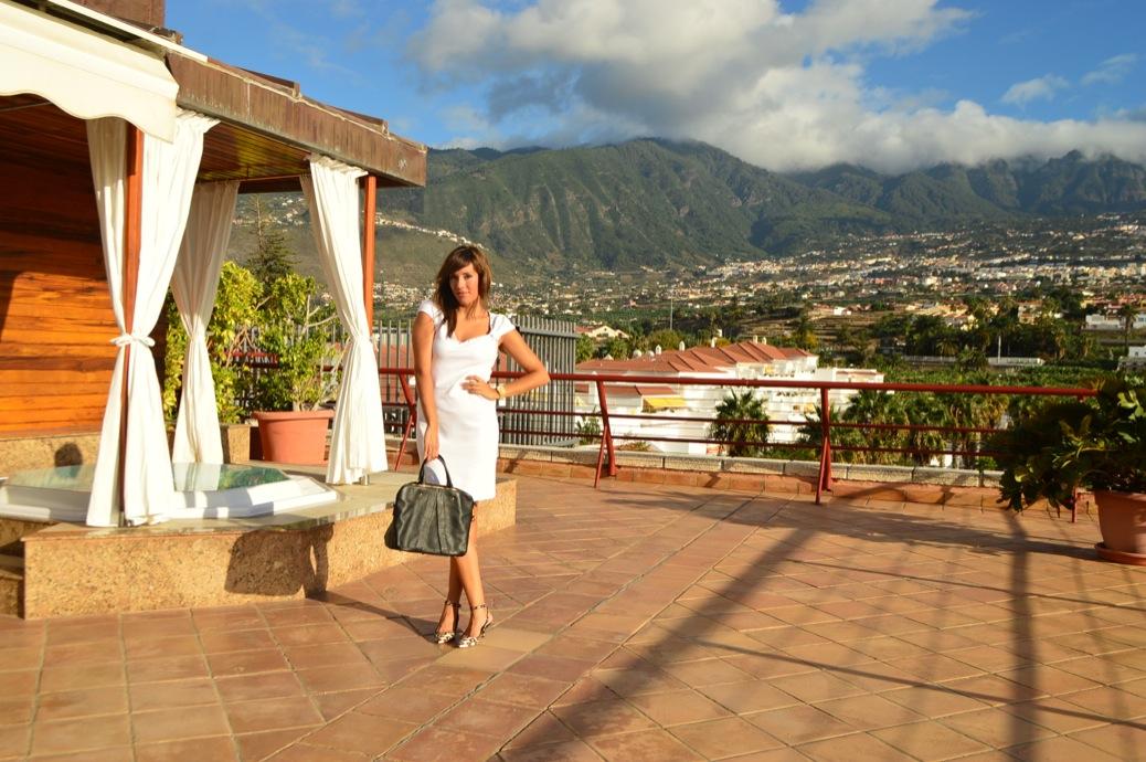 look vestido blanco cuple michael kors y zapatos leopardo en hotel botanico _0899_3