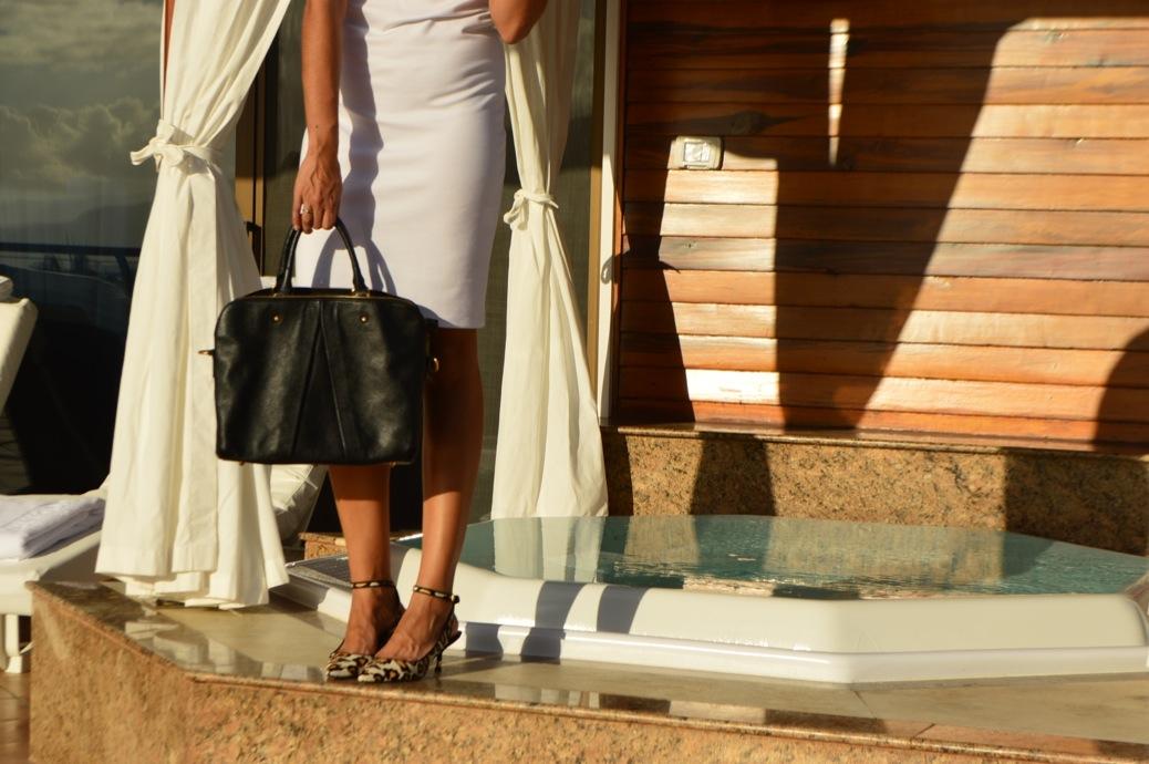 look vestido blanco cuple michael kors y zapatos leopardo en hotel botanico _0892_3