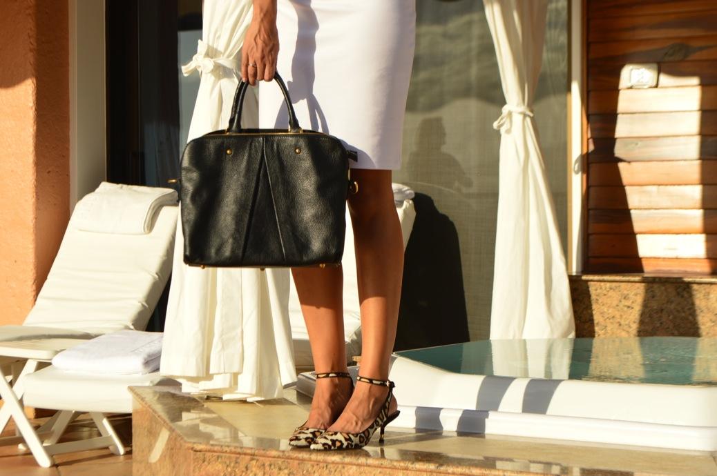 look vestido blanco cuple michael kors y zapatos leopardo en hotel botanico _0904_3