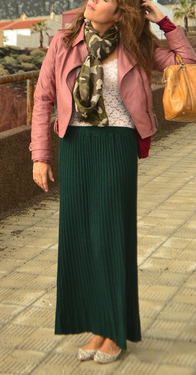 look falda larga verde chaqueta piel rosa encaje militar _0428
