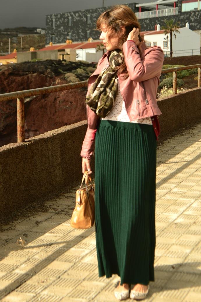 look falda larga verde chaqueta piel rosa encaje militar _0423