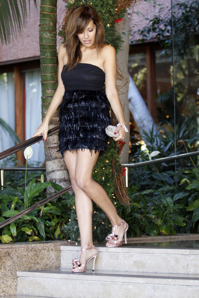 look vestido negro plumas evento fin de año brillo  _7412p