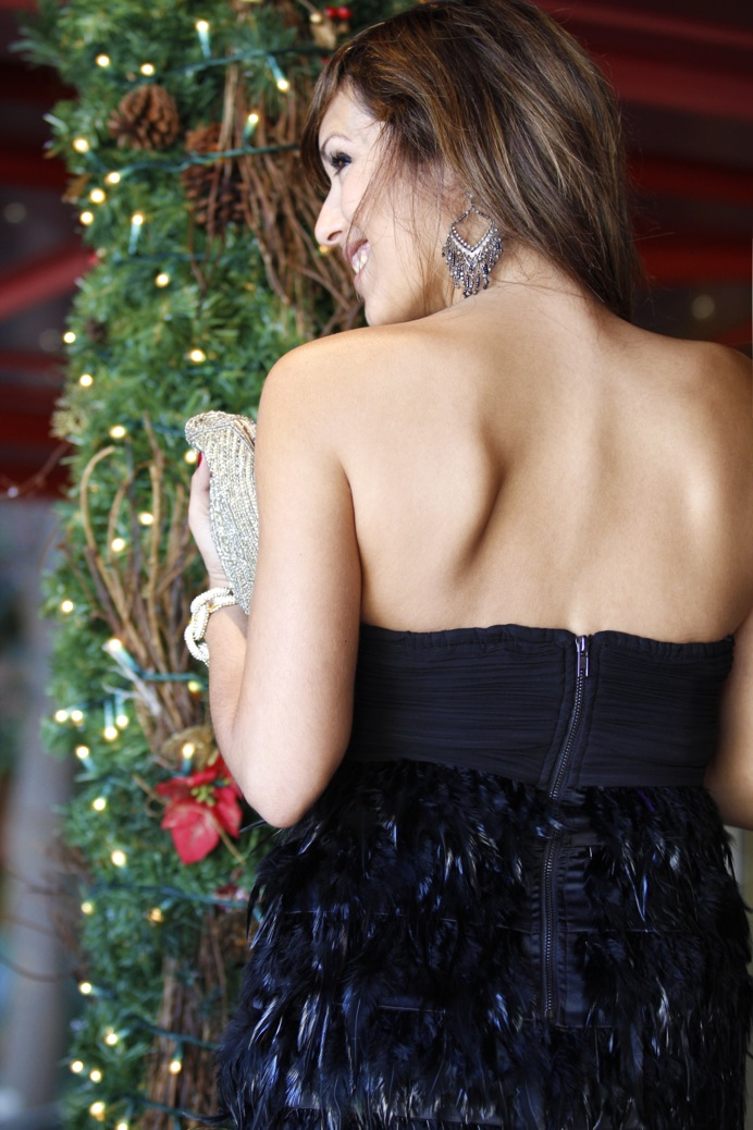 look vestido negro plumas evento fin de año brillo  _7399p