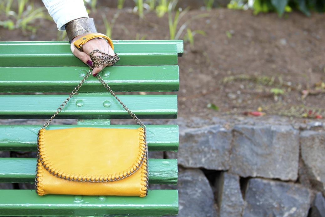 look vestido pelo fur botas mosqueteras bandolera gris amarillo7914p