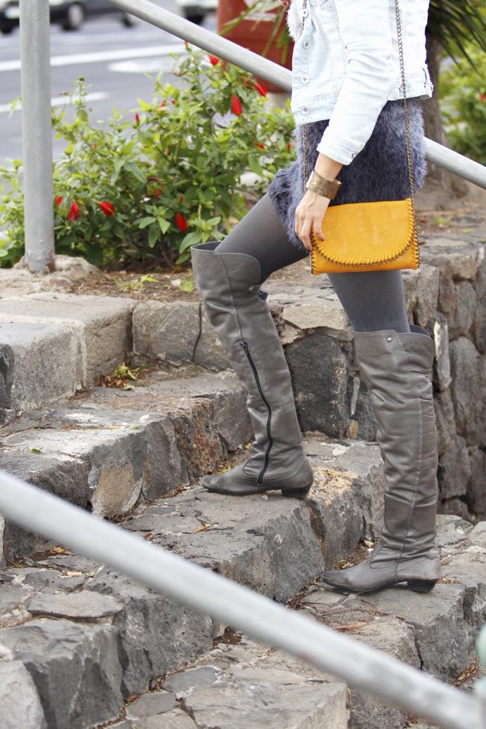 look vestido pelo fur botas mosqueteras bandolera gris amarillo7928p