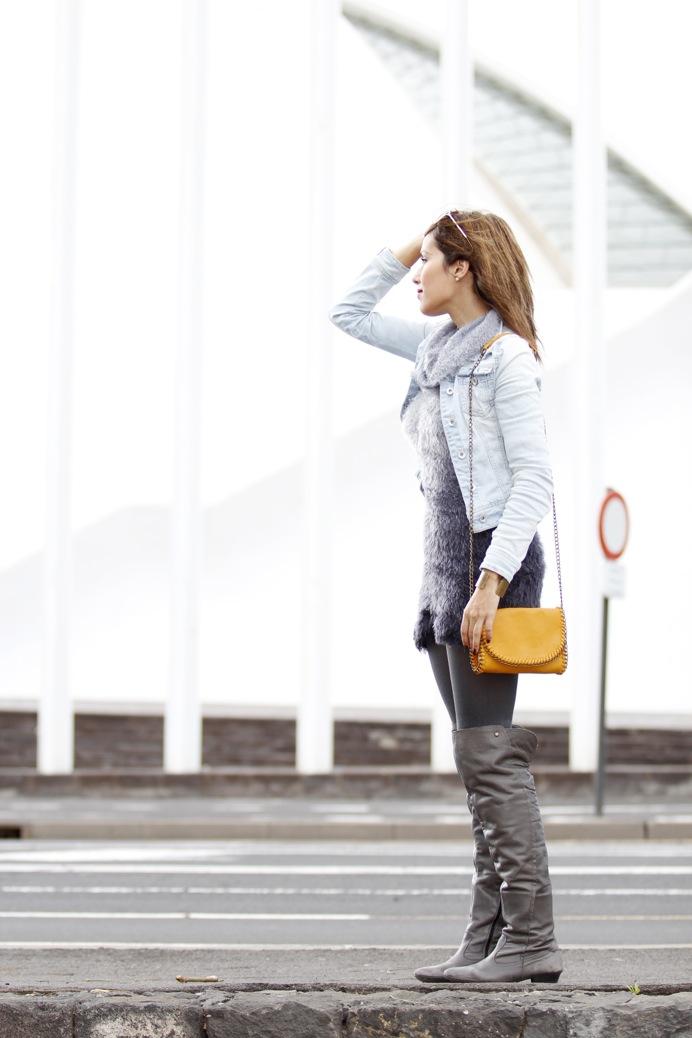 look vestido pelo fur botas mosqueteras bandolera gris amarillo7942p