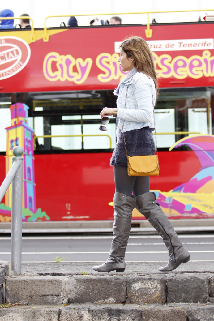 look vestido pelo fur botas mosqueteras bandolera gris amarillo7947p