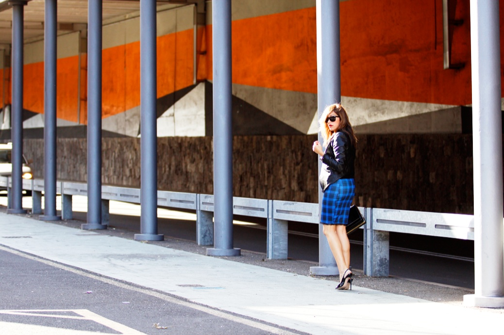 look falda cuadros azul chaqueta piel charol negro urbano 9735p