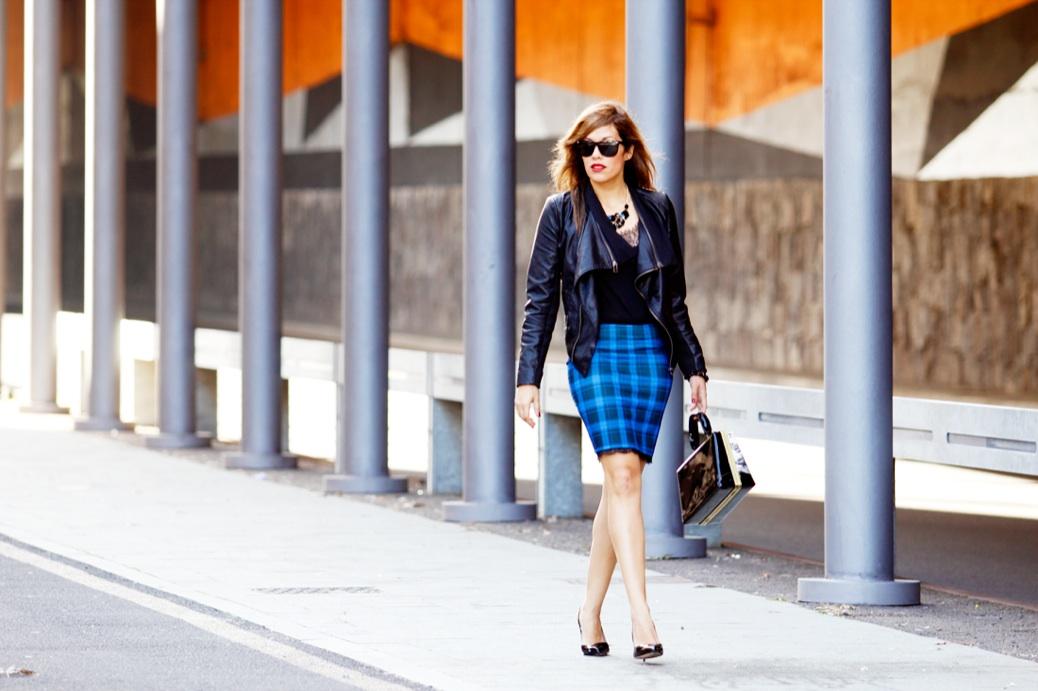 look falda cuadros azul chaqueta piel charol negro urbano 9755p