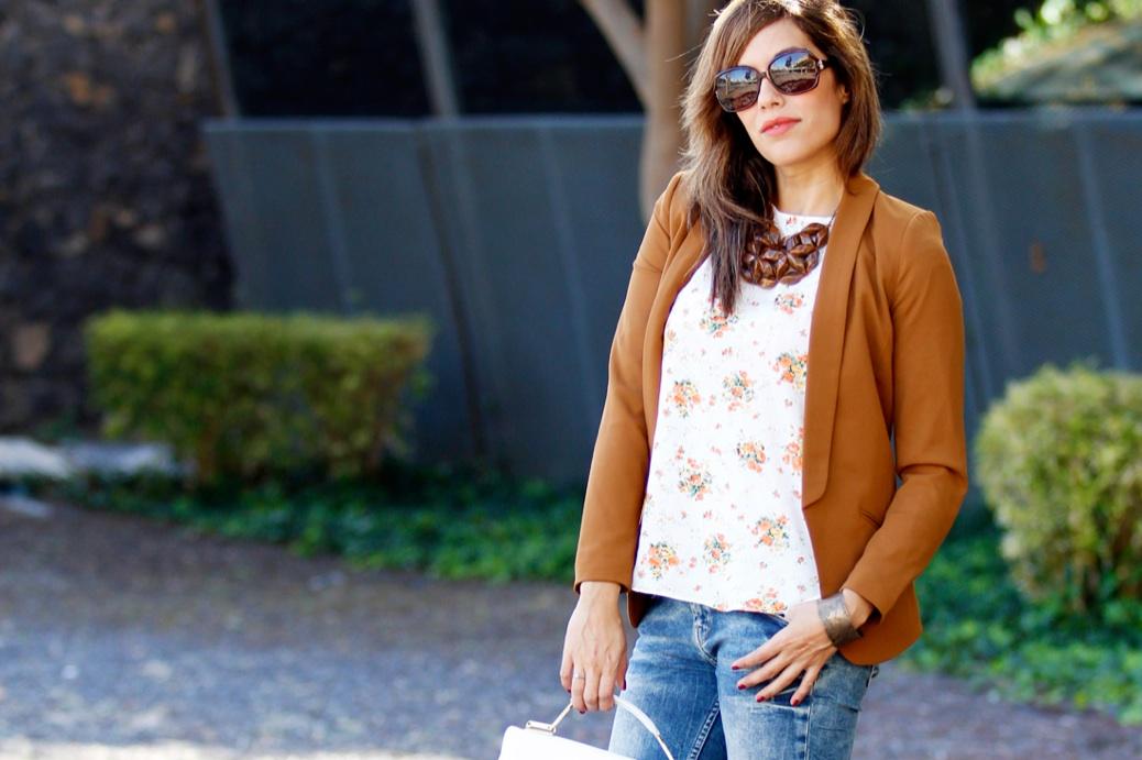 look vaquero blazer camel zapatos amarillos flores 9687p