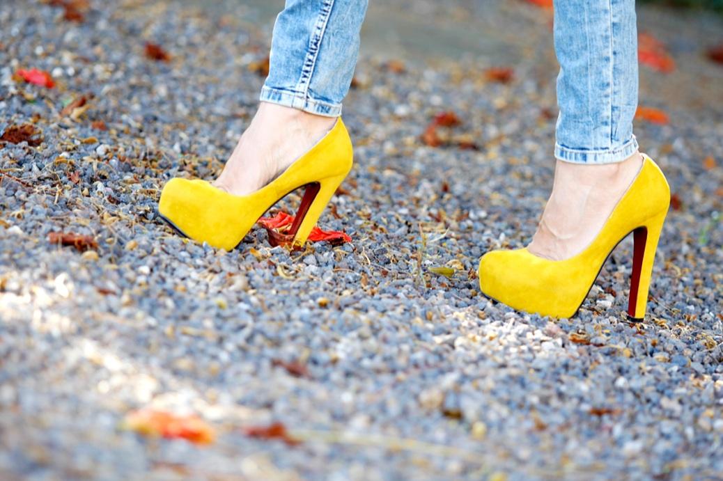 look vaquero blazer camel zapatos amarillos flores 9714p