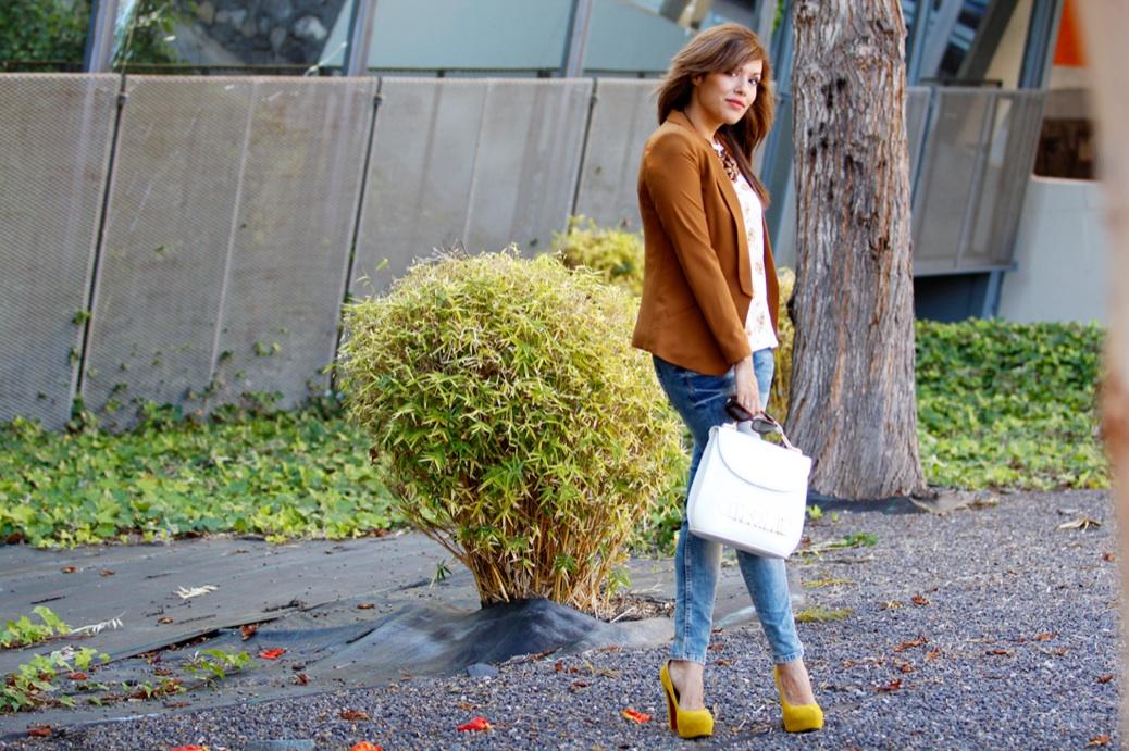 look vaquero blazer camel zapatos amarillos flores 9730p