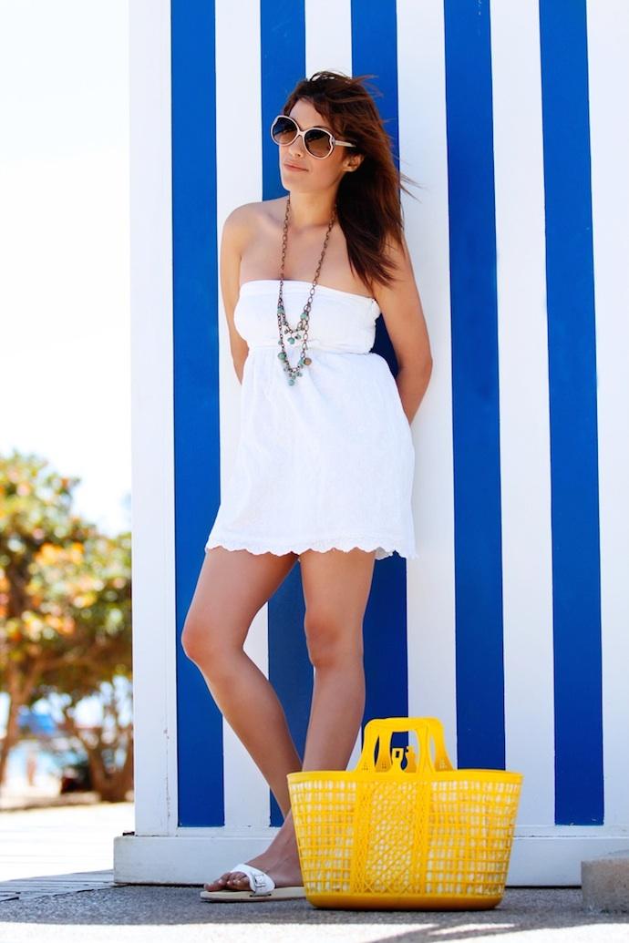look vestido blanco encaje playa amarillo 2