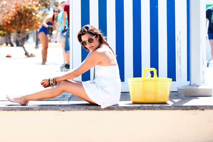 look vestido blanco encaje playa amarillo  7