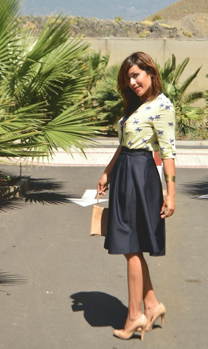 look falda mini azul clasica blusa palmeras 7.54