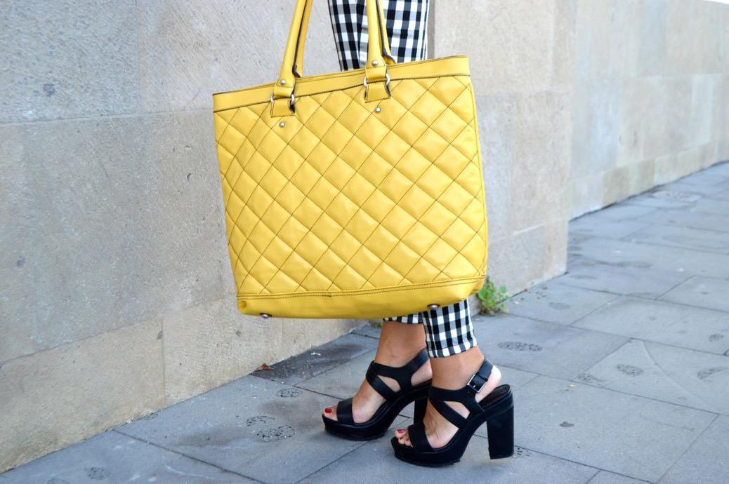 look pantalones cuadros mango lenceria zapato dentado 0081