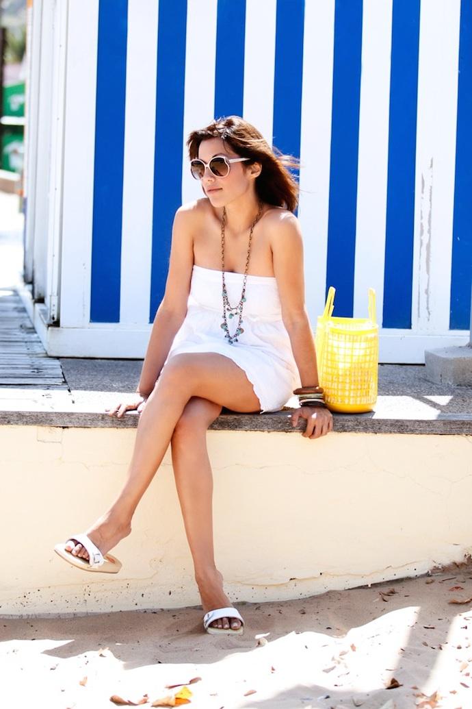 look vestido blanco encaje playa amarillo 6