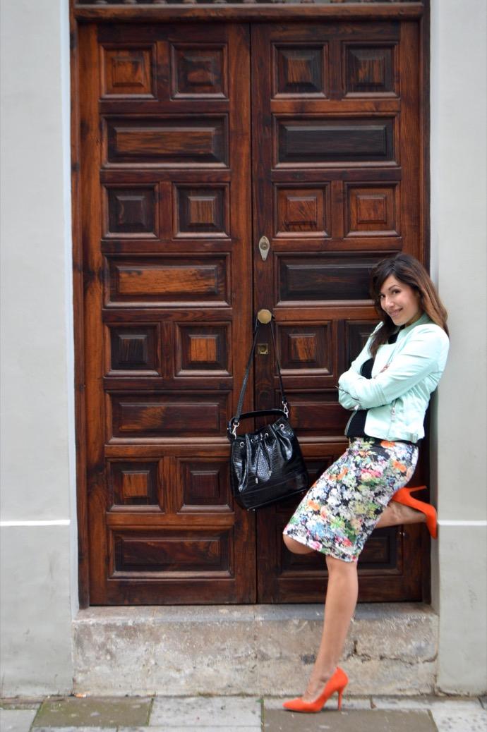 look falda floral perfecto azul salones naranja 0097