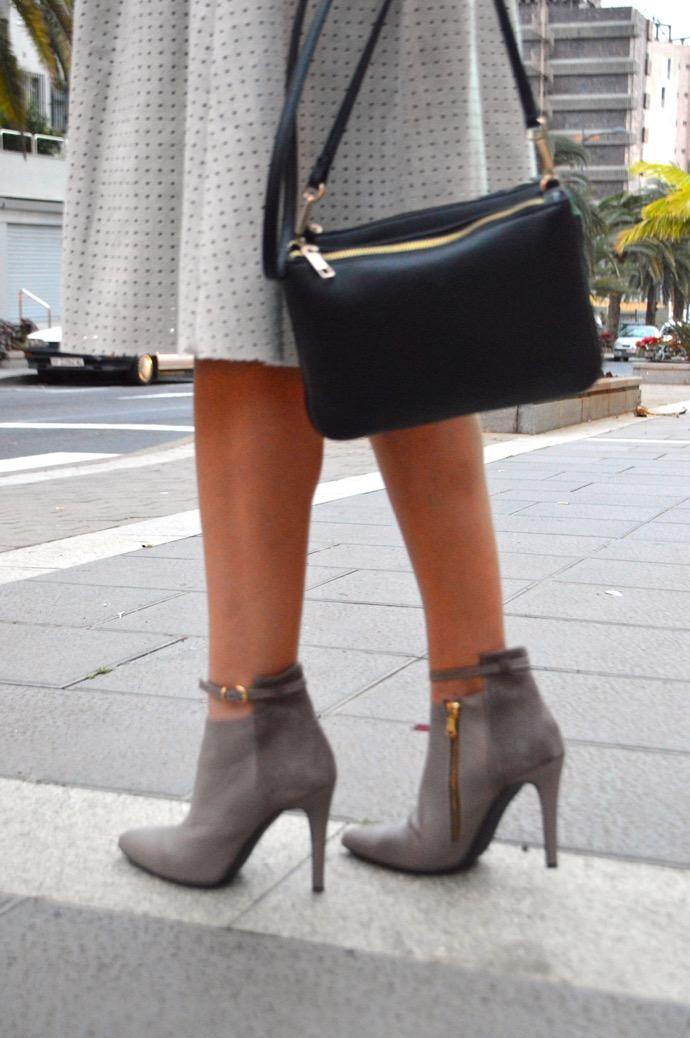 look 50 sombras de grey gris zara cut out boots 51.06