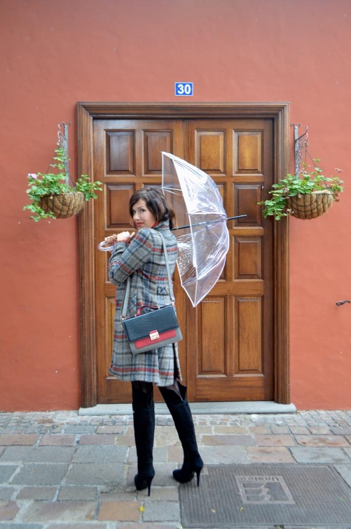 look abrigo cuadros maxi botas mariamare paraguas transparente paris francia0028