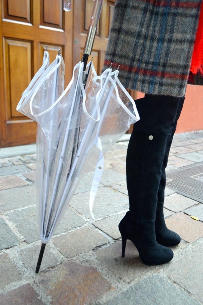 look abrigo cuadros maxi botas mariamare paraguas transparente paris francia0031