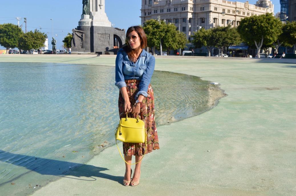look falda vintage bolso furla denim camisa rayban aviador 0061